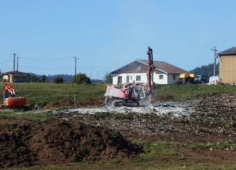 Décapage terre végétale début travaux de minage dans terrain rocheux
