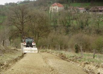Rénovation d'un chemin rural phase de malaxage après concassage et épandage du liant routier