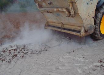 Epandage liant routier sur matériaux du sol en place après scarification et concassage