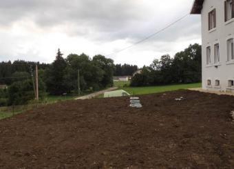 Vue du terrain après remblaiement et nivellement  terre végétale