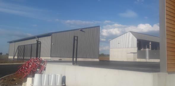 vue partielle des bâtiments avant pose des clôtures